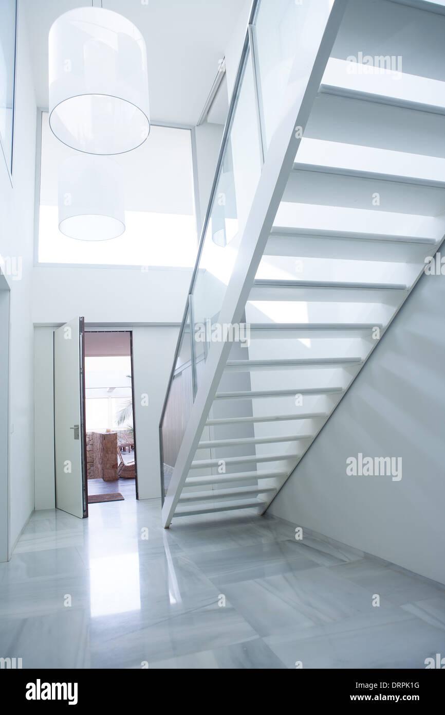 Maison blanche moderne hall d\'entrée hall d\'entrée avec escalier et ...