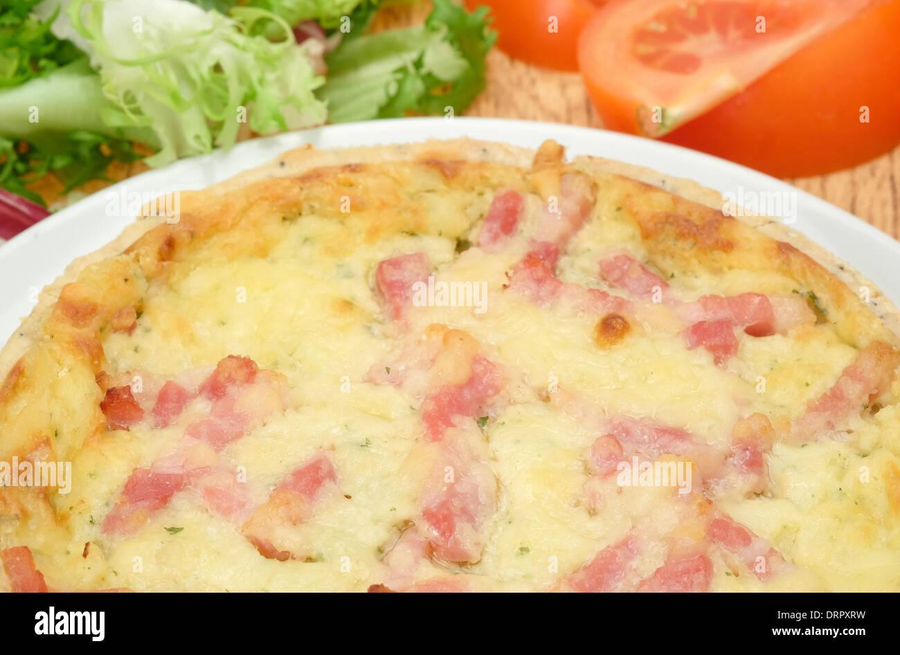 Fromage et bacon Quiche lorraine sur une plaque blanche - studio shot Photo Stock