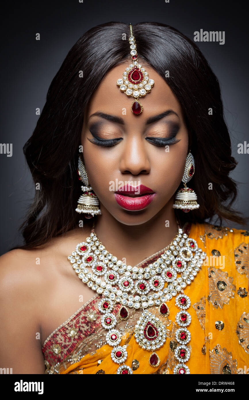 Jeune femme indienne en robe nuptiale traditionnelle indienne Photo Stock