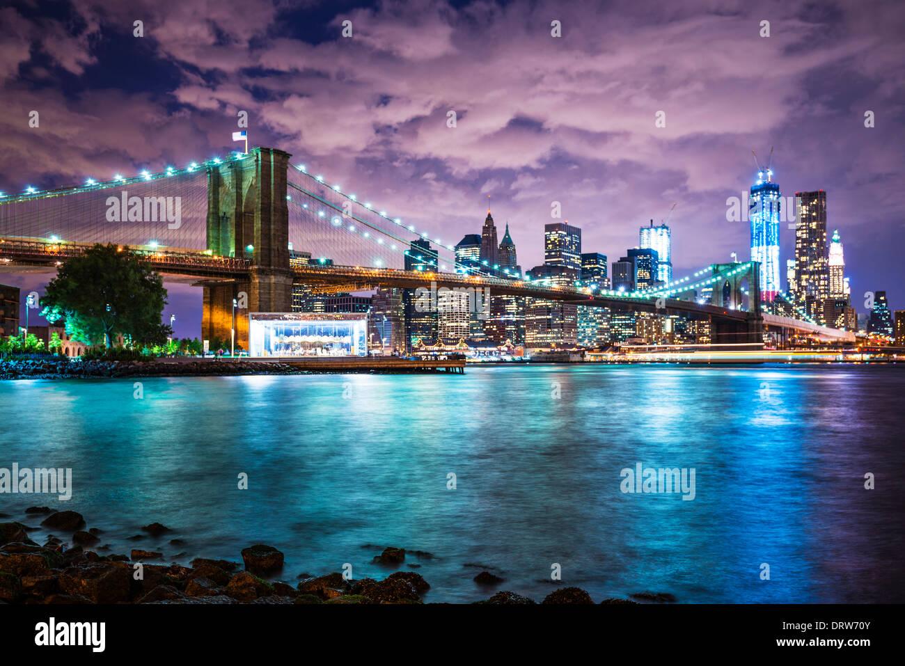 La ville de New York avec une couverture nuageuse. Photo Stock