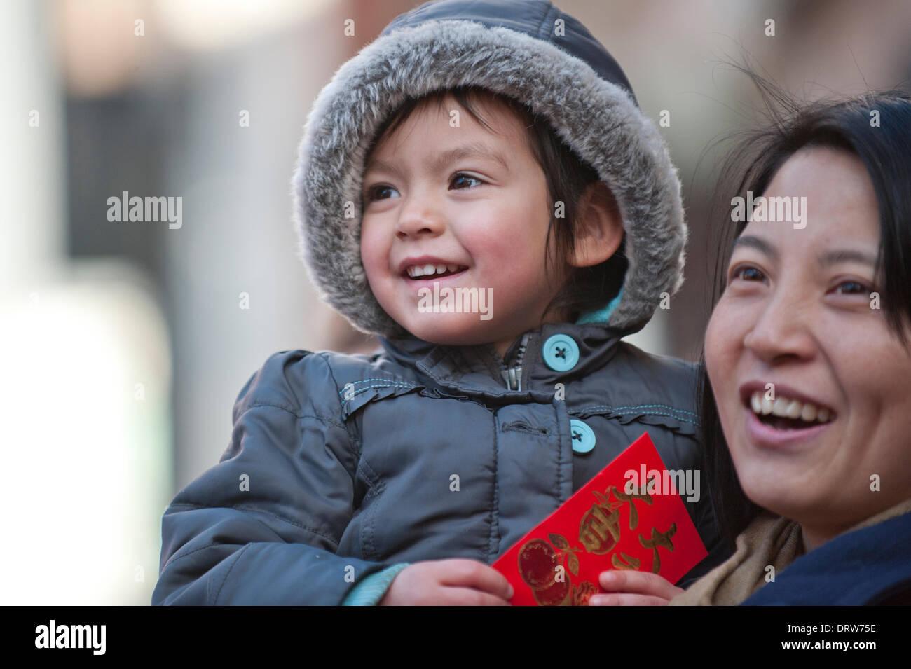 Manchester, UK. 2 février 2014. Un jeune spectateur bénéficie de la célébration du Nouvel An chinois 2014 (année du cheval), qui a commencé par un défilé dans Albert Square dirigé par un dragon 175ft longtemps exploité par le Maître Chu La Danse du Lion club Crédit: Russell Hart/Alamy Live News. Photo Stock