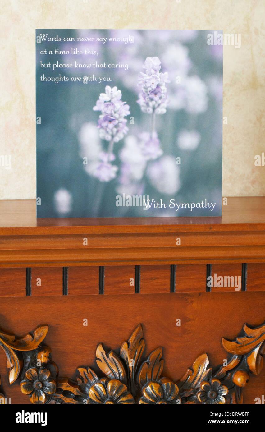 Avec carte de condoléances sur la cheminée dans le salon Photo Stock