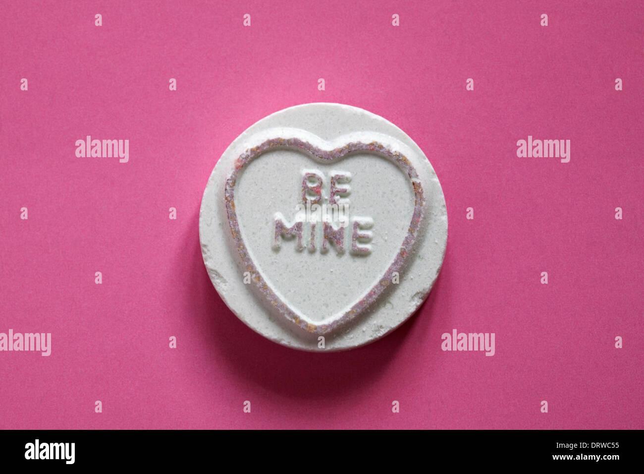 Swizzels Matlow Coeurs Amour géant - individu doux avec moi isolé sur fond rose - Valentine Day message Photo Stock