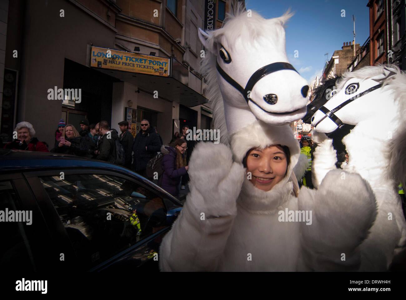 Chinatown, Londres, Royaume-Uni. 2 février 2014. Une fille habillé comme un cheval prend part à la parade dans le quartier chinois pour célébrer l'année de l'Horse Crédit: Stephen Chung/Alamy Live News Photo Stock