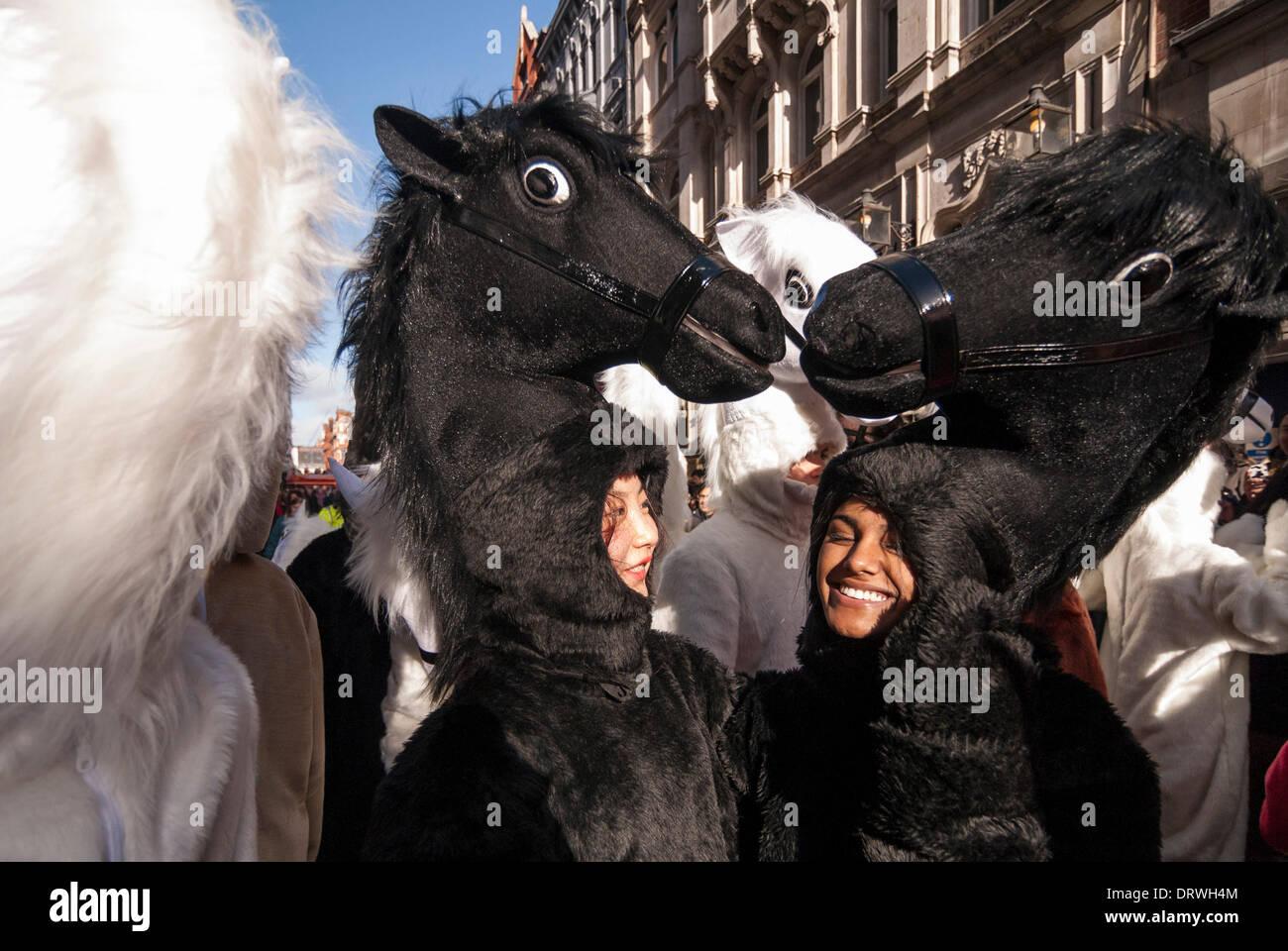 Chinatown, Londres, Royaume-Uni. 2 février 2014. Les filles habillés comme des chevaux prennent part à la parade dans le quartier chinois pour célébrer l'année de l'Horse Crédit: Stephen Chung/Alamy Live News Photo Stock