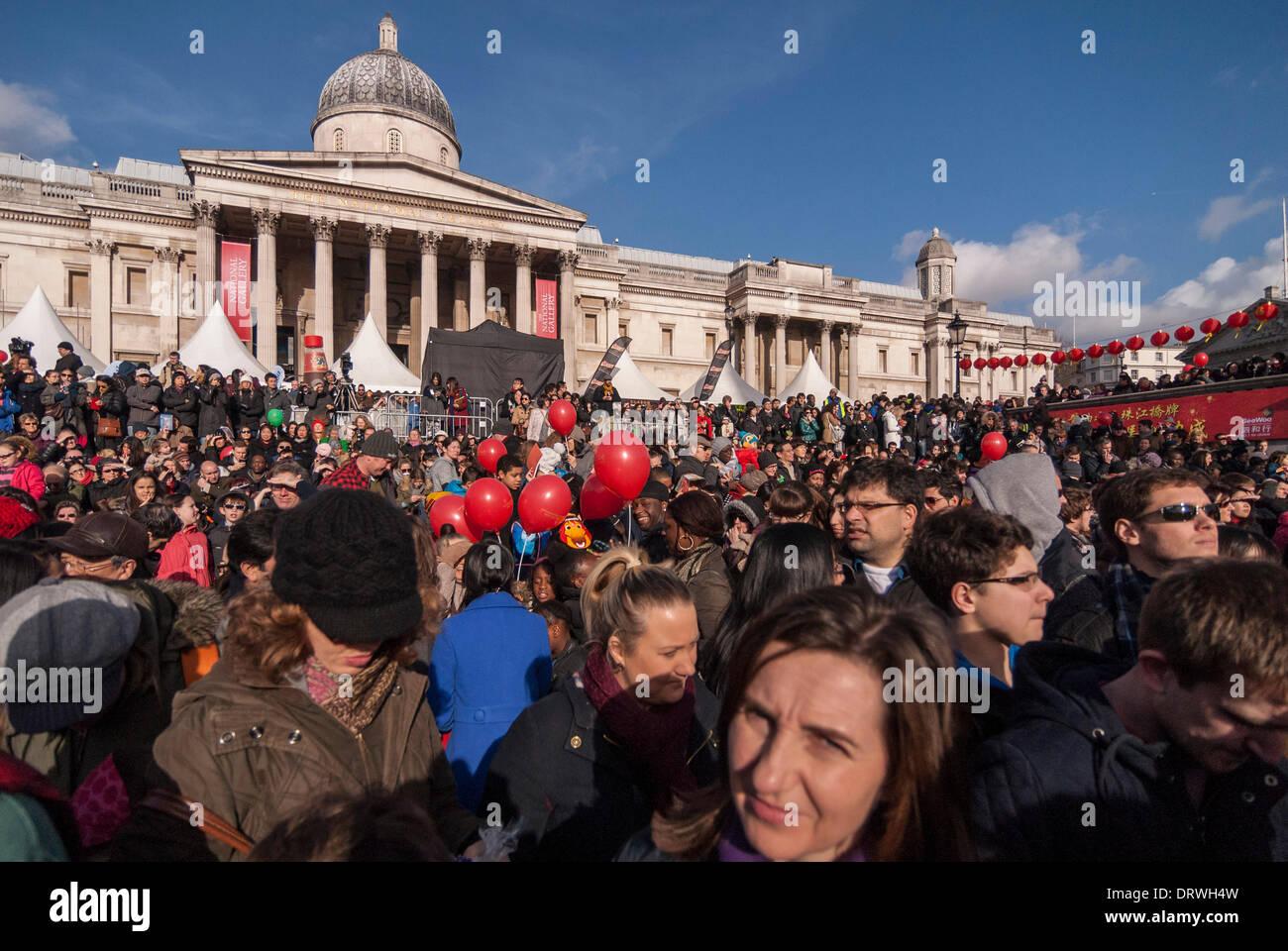 Trafalgar Square, Londres, Royaume-Uni. 2 février 2014. Des milliers viennent de Chinatown et de Trafalgar Square pour célébrer l'année de l'Horse Crédit: Stephen Chung/Alamy Live News Photo Stock