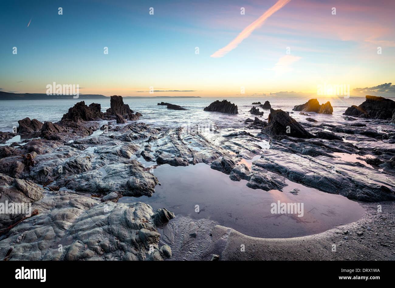 Des rochers sur la plage de Looe à Cornwall Photo Stock