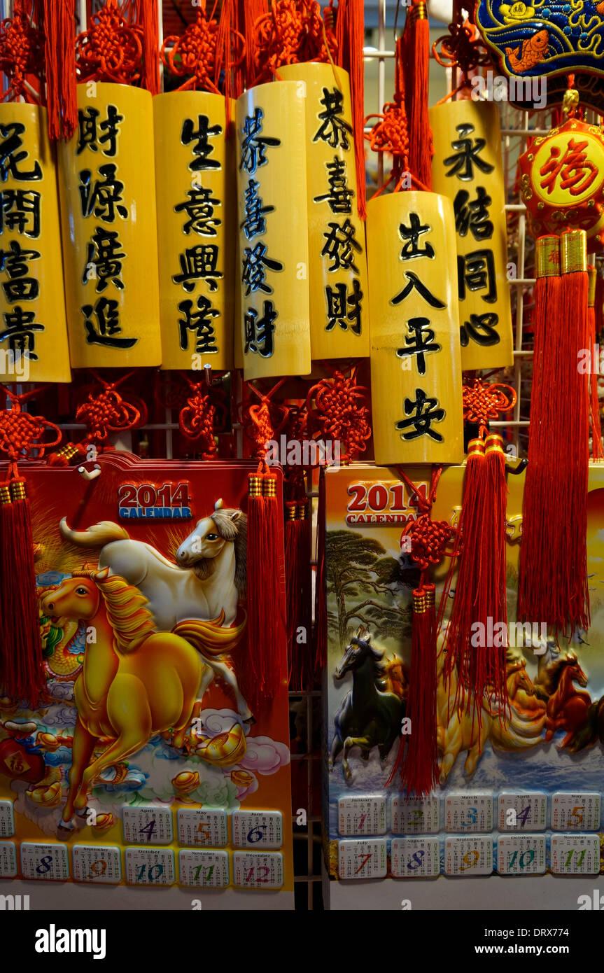Année du cheval calendriers et ajoutent une touche de couleur pour les célébrations du Nouvel An chinois dans Chinatown, Vancouver, BC, Canada Photo Stock