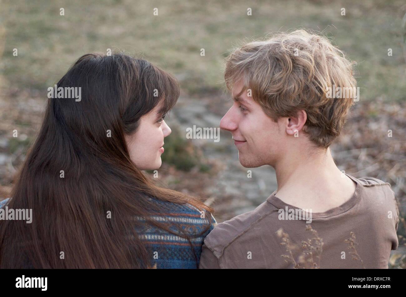 Girl et Guy dans l'amour, regarder endearingly. Photo Stock