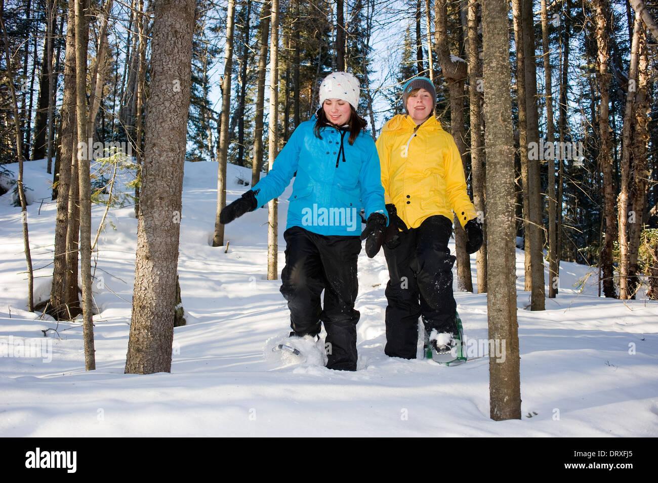 Deux jeunes filles de la raquette dans l'arrière pays à l'hiver. Photo Stock