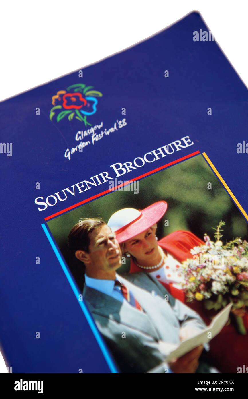 Glasgow Garden Festival 1988 brochure souvenir avec le Prince Charles et Diana, princesse de Galles sur le capot avant Photo Stock
