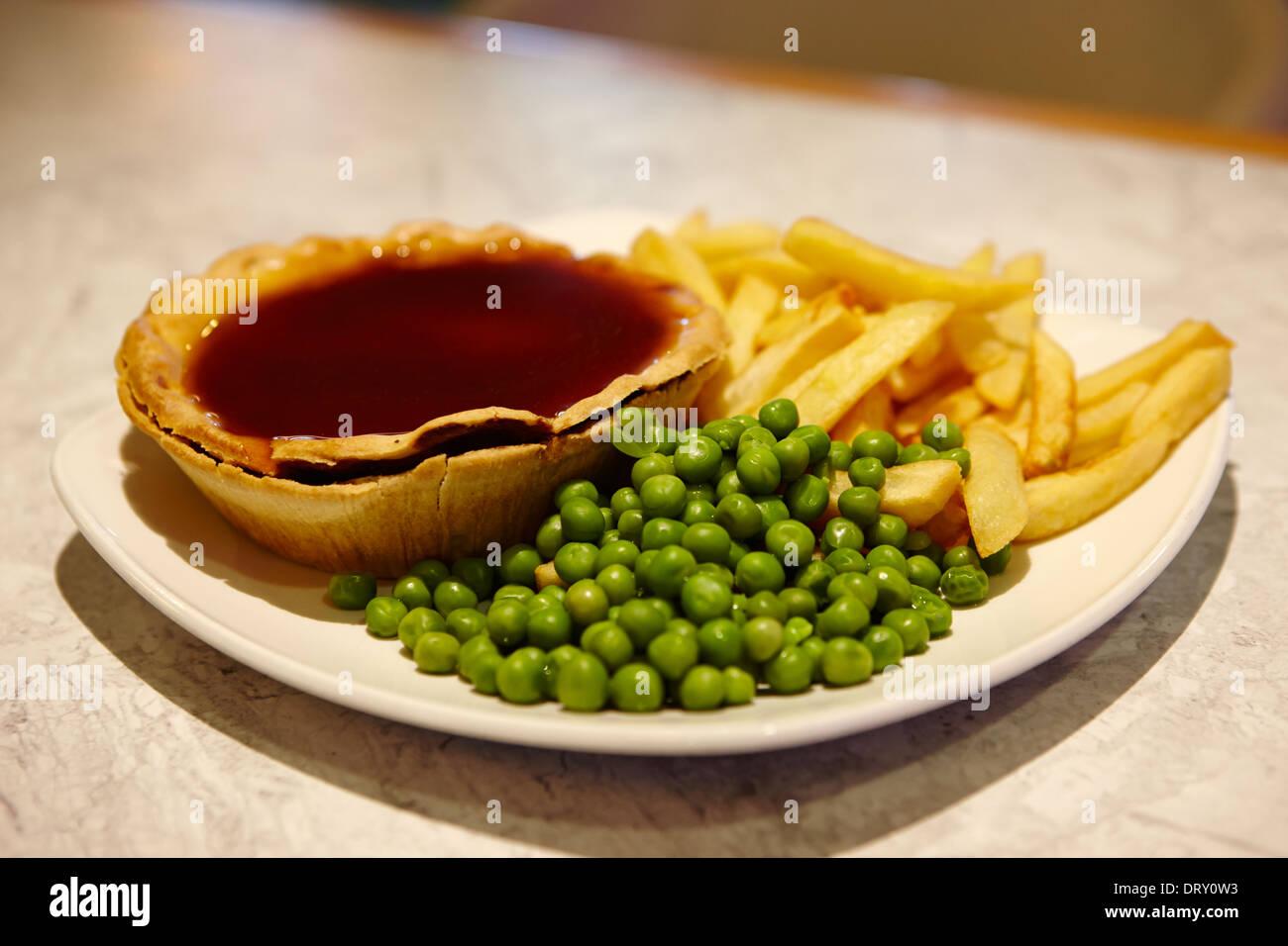 Pie et sauce frites et petits pois Banque D'Images