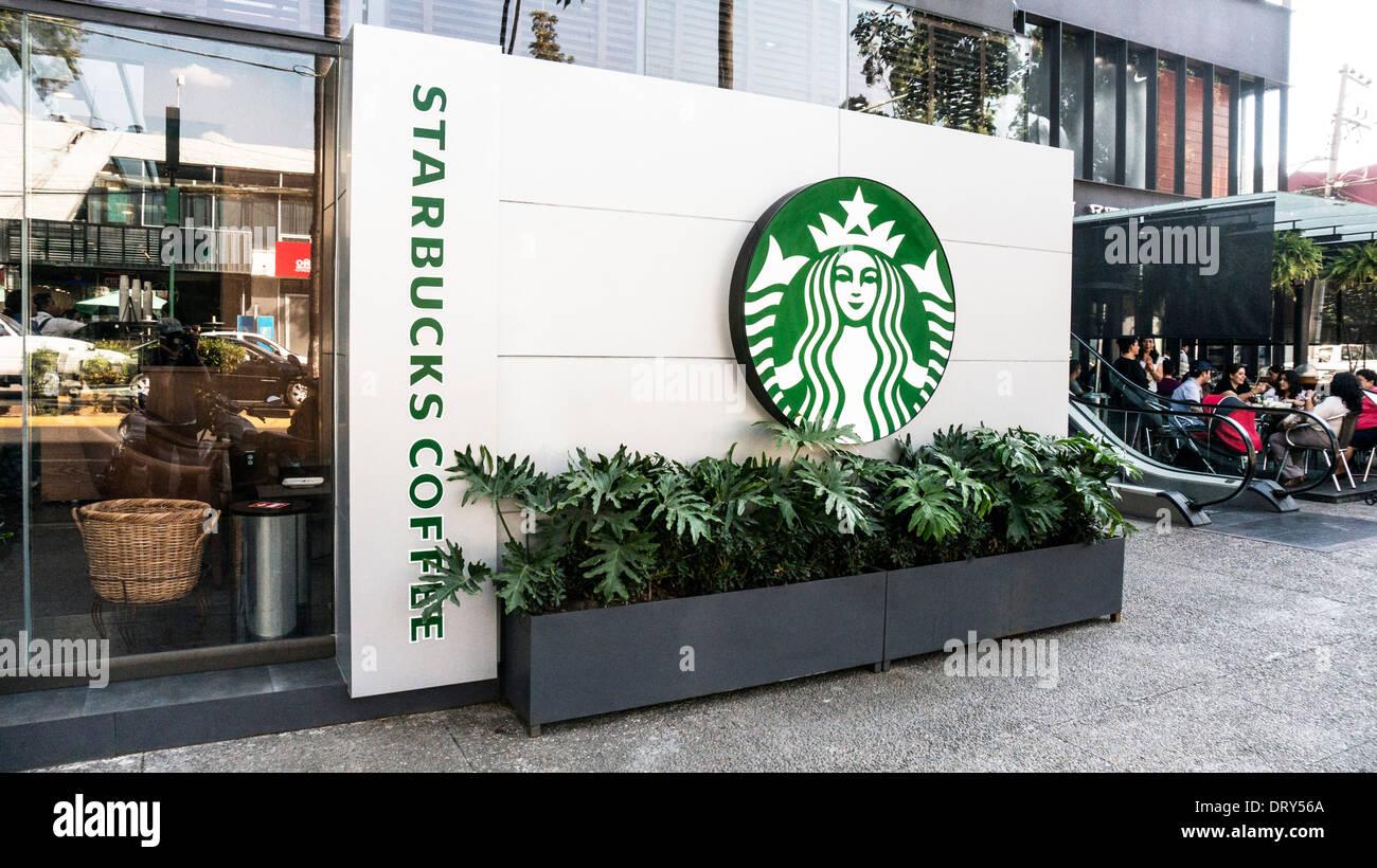 Vue extérieure streetfront nouveau café Starbucks avec logo familier dans le contexte de la Plaza del Parque mini mall Oaxaca Photo Stock