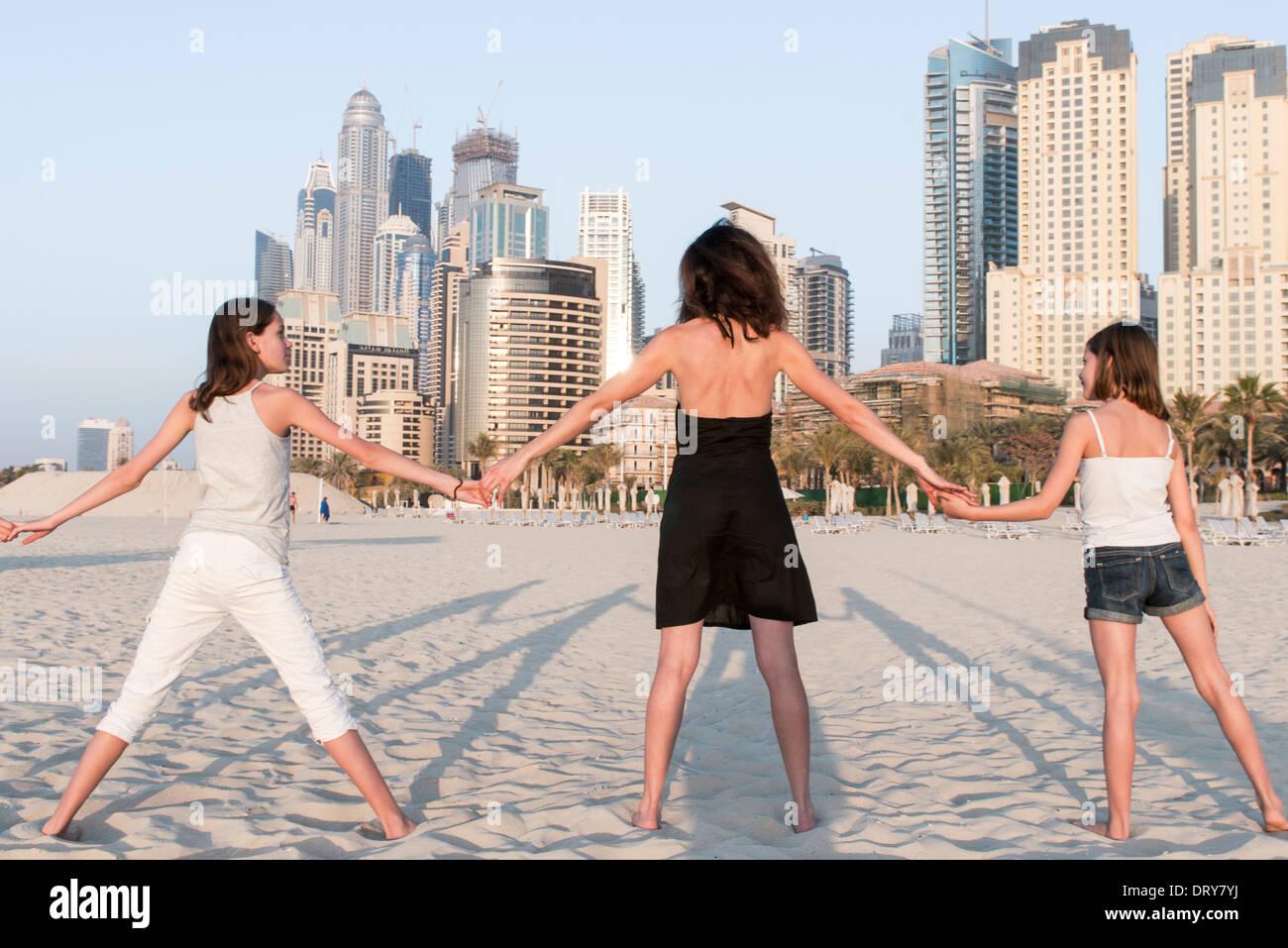 La mère et les filles se tenant la main sur la plage, vue arrière Banque D'Images