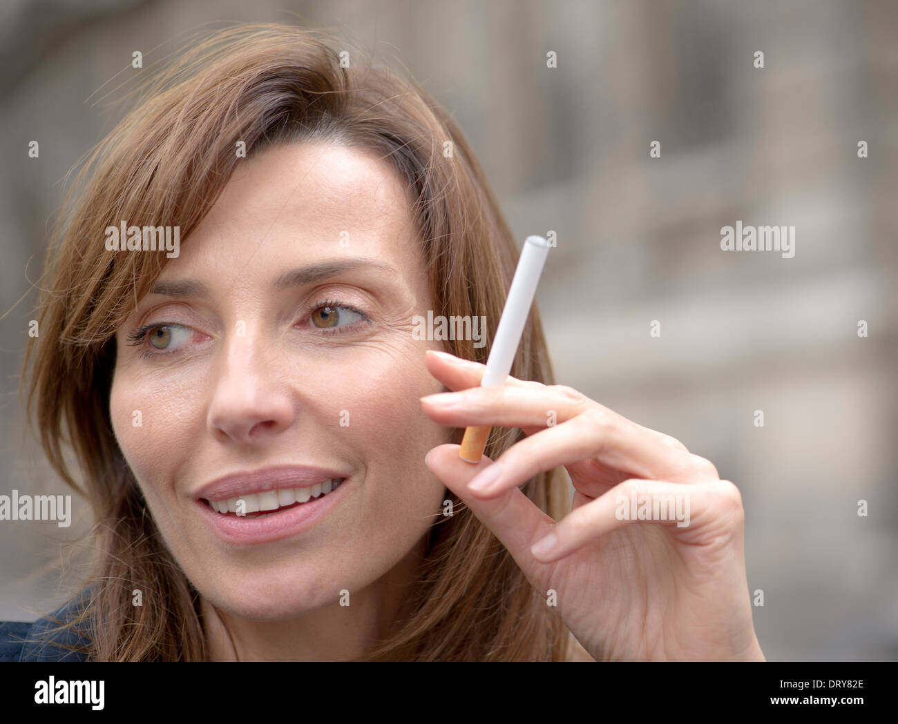 Woman smoking cigarette électronique Photo Stock