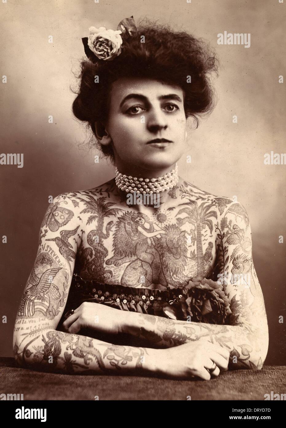 Dame femme tatouée, avec des tatouages couvrant son corps Photo Stock