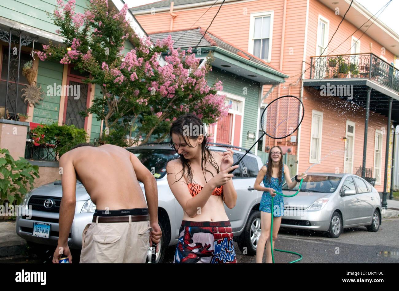 Les résidents de la Nouvelle-Orléans de voisinage Bywater, jouer au badminton et rue informelle s'amusant, Photo Stock