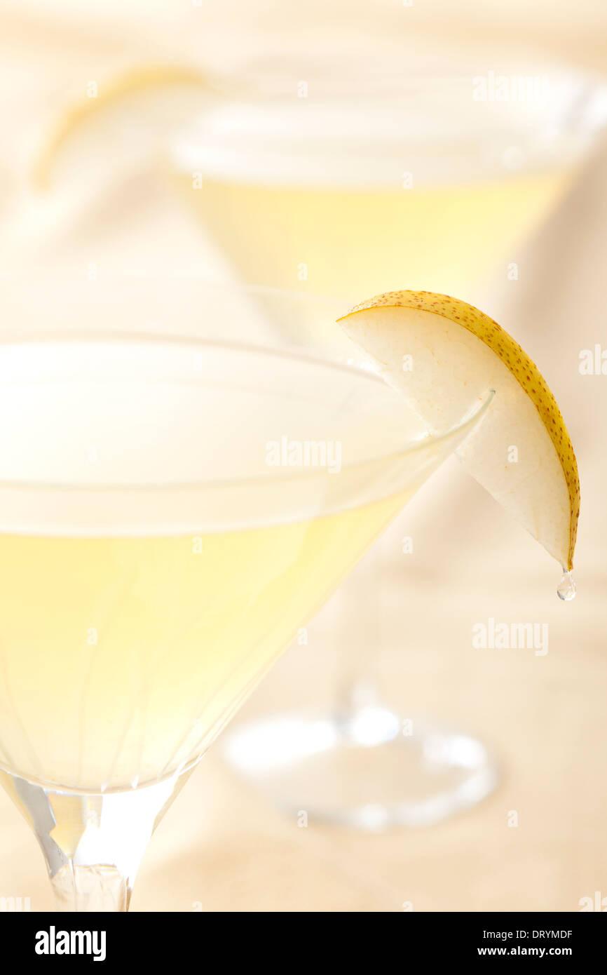 Deux d'agrumes et de poire martini cocktails avec liqueur de sureau de St Germain, la vodka et le jus de poire Photo Stock