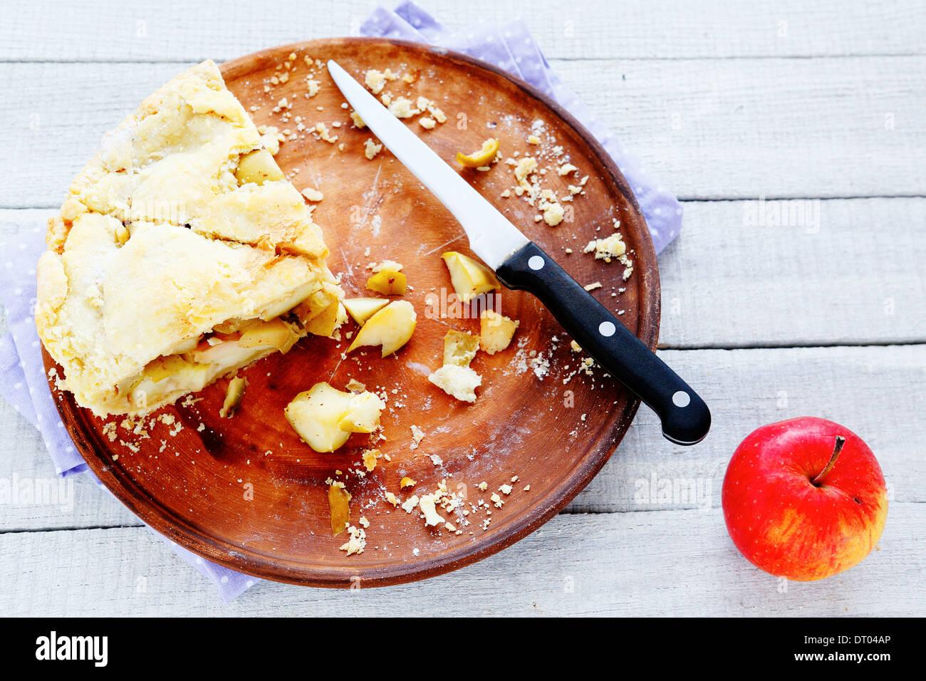 Tarte aux pommes rustique sur un plateau, deux tranches, foode Photo Stock