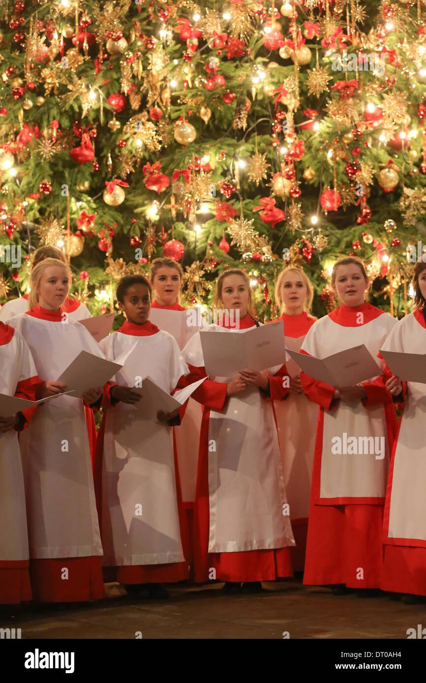 Cathédrale d'ELY GIRLS CHOIR RÉPÉTITION POUR LES CANTIQUES DE NOËL. Photo Stock