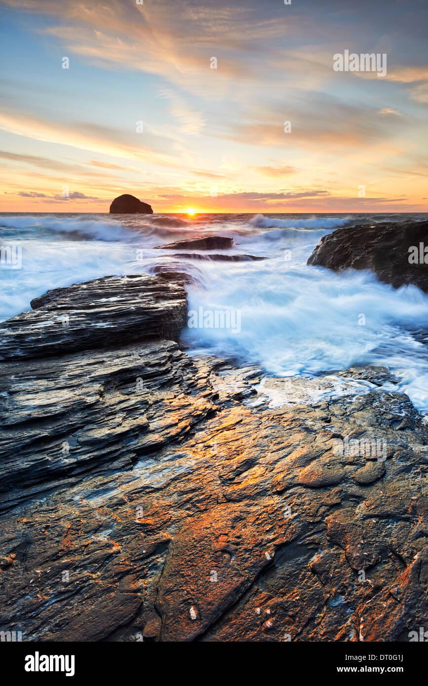 Reflétant la lumière du soleil sur les rochers à Strand Trebarwith Photo Stock