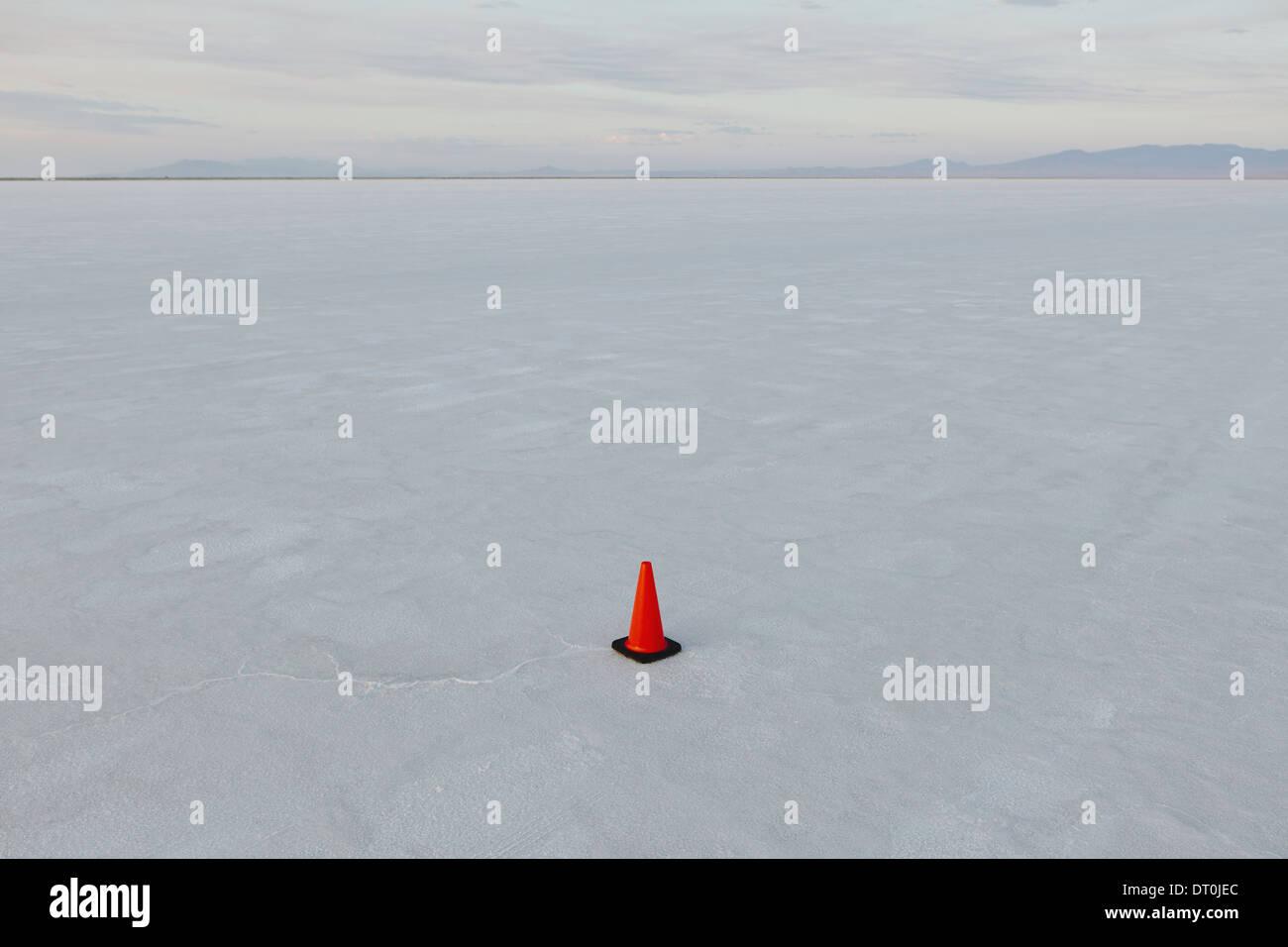 Bonneville Salt Flats en Utah USA seul cône de circulation pour les véhicules de gabarit de sel Photo Stock