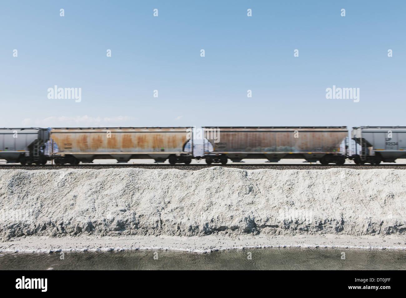 Bonneville Salt Flats en Utah USA train de marchandises dans le désert sur des rails de chemin de fer Photo Stock