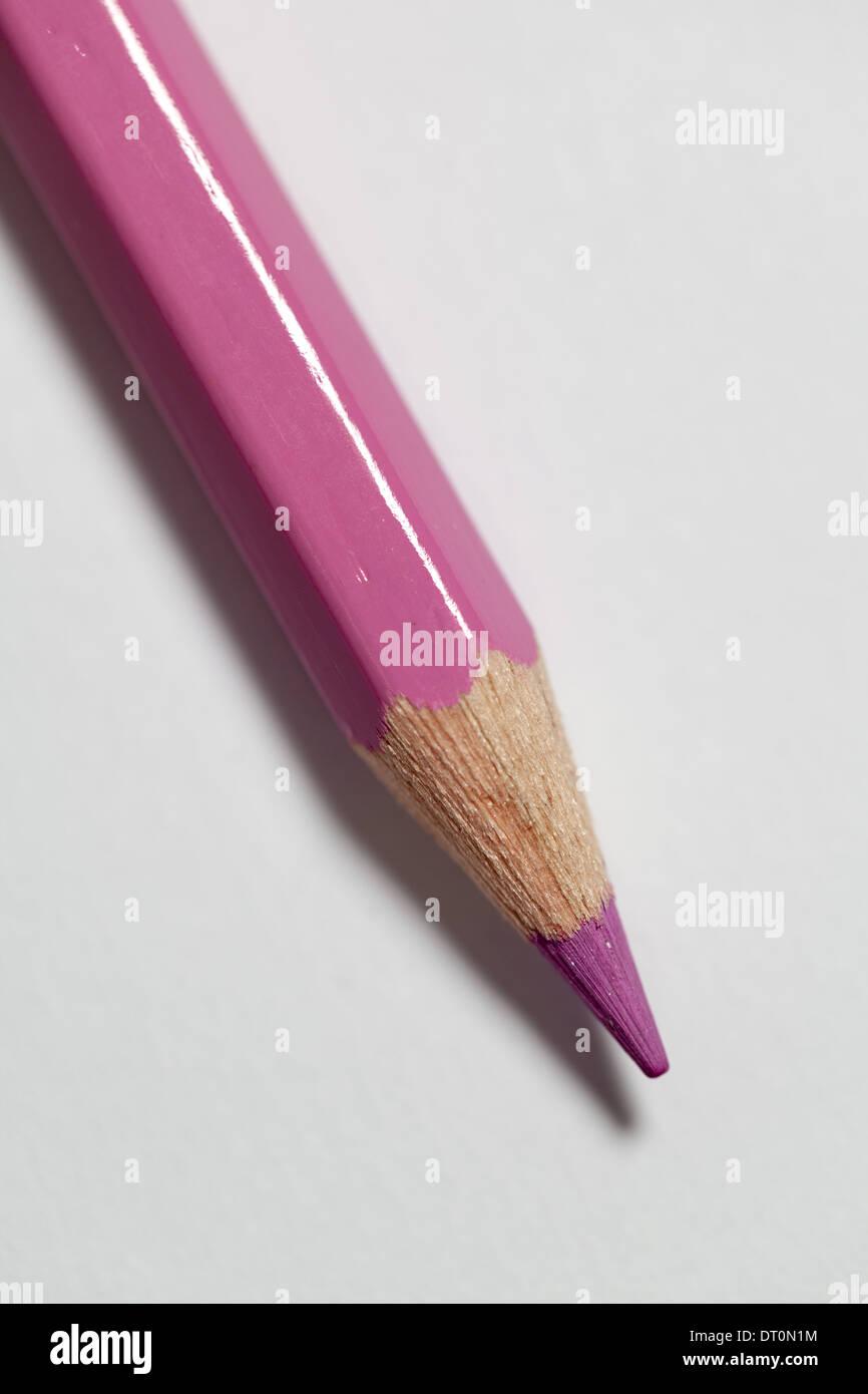 Un crayon de couleur sur un fond de papier blanc. Photo Stock
