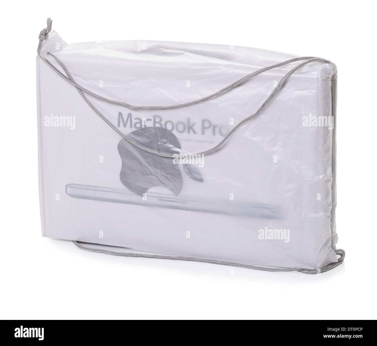 Un ordinateur portable MacBook Pro Apple à l'intérieur d'un sac de transport au détail Photo Stock