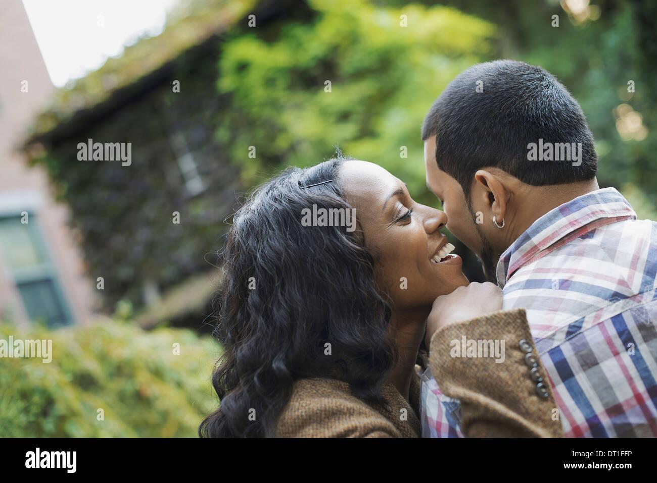 Scènes de la vie urbaine à New York un homme et une femme un couple hugging chaque autres Photo Stock