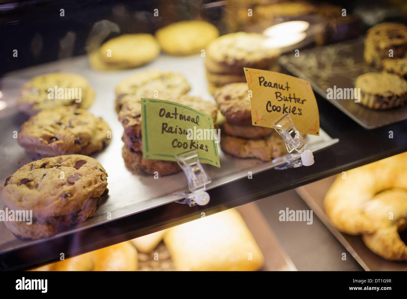 Un plateau de cookies biscuits et produits de boulangerie sur le comptoir dans un café et acheter quelques en-cas faits maison fraîchement Étiquettes Photo Stock