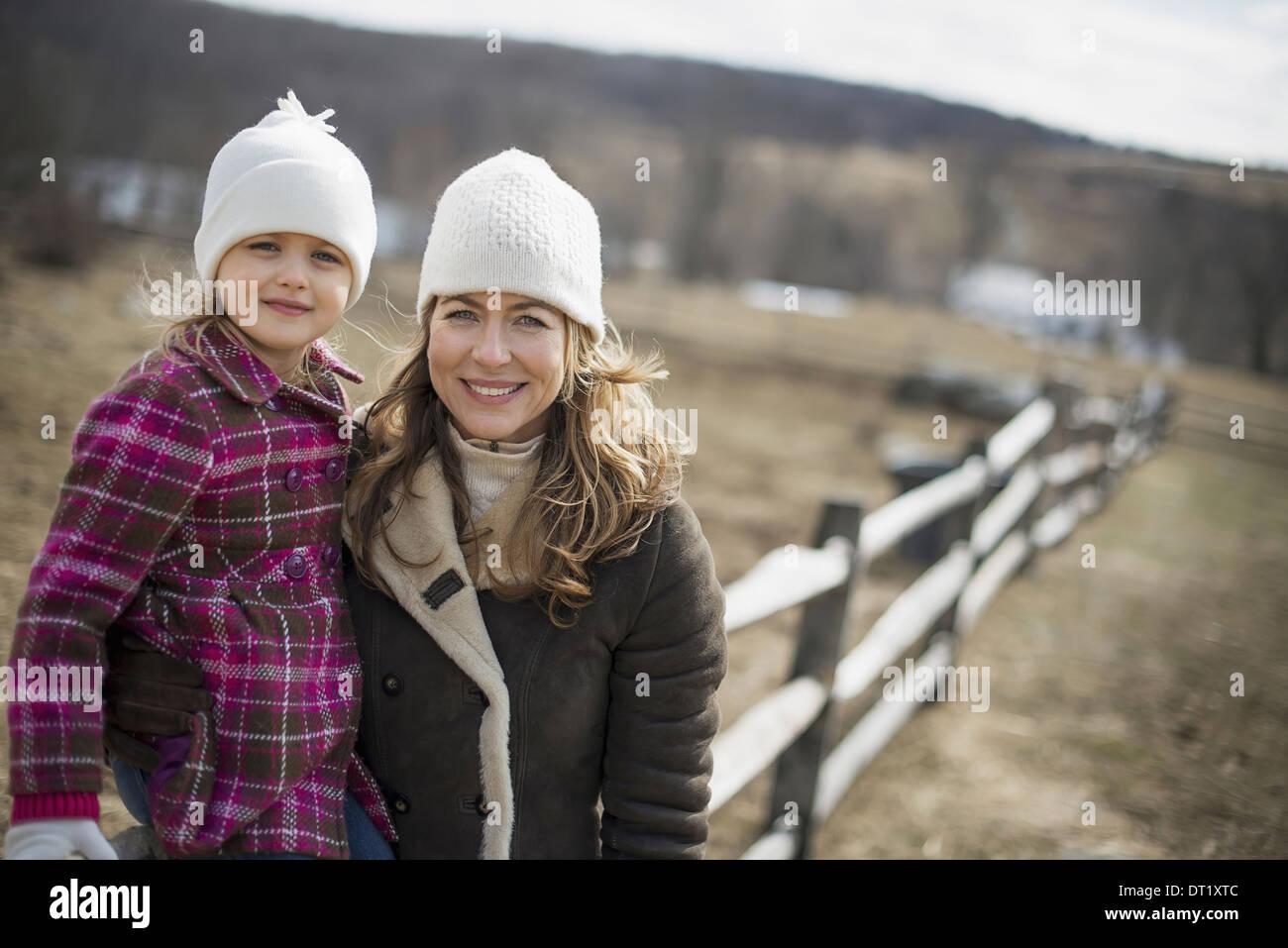 Une femme et enfant de marcher le long d'un chemin la main dans la main Photo Stock