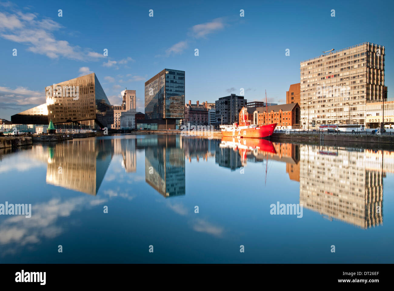 Appartements modernes, le Mersey Bar Lightship & Waterfront Buildings, Canning Dock, Liverpool, Merseyside, England, UK Photo Stock