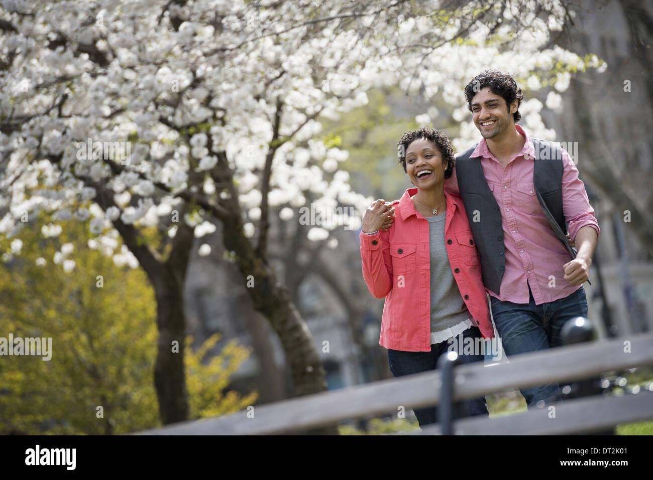Park un homme et une femme côte à côte Photo Stock