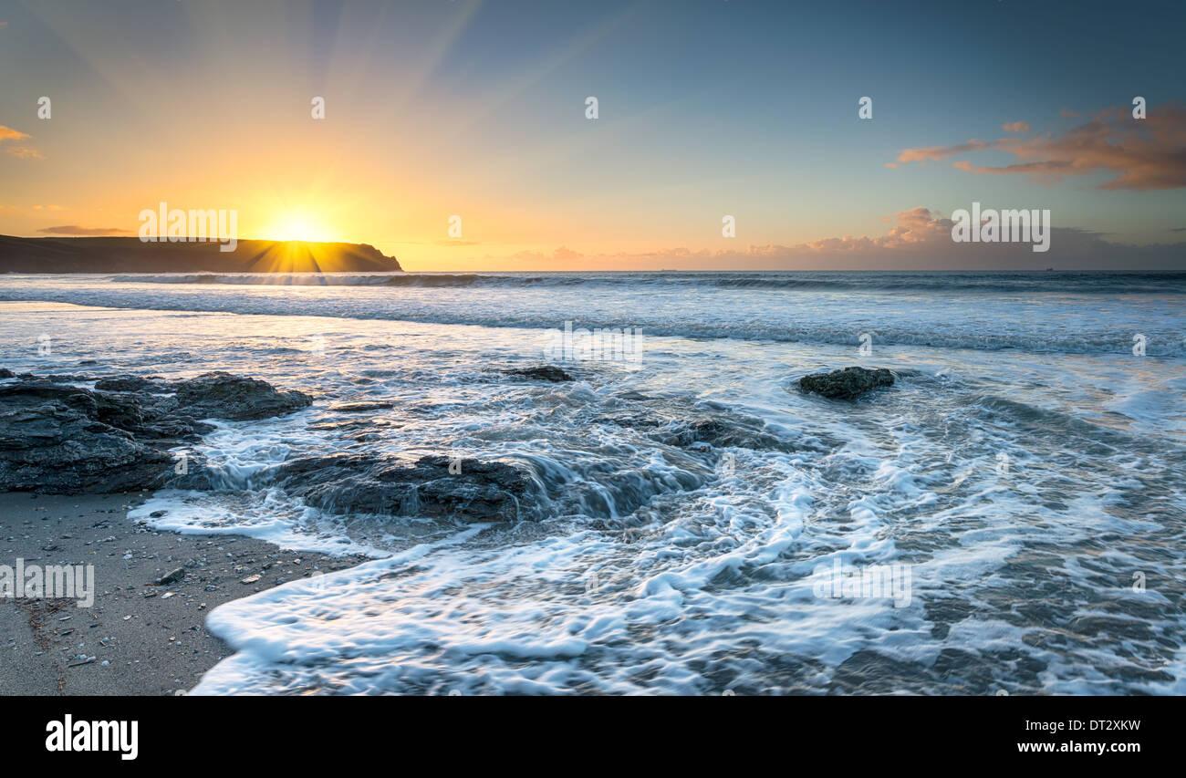 Lever du soleil à Pendower Beach sur la péninsule de Roseland à Cornwall Photo Stock