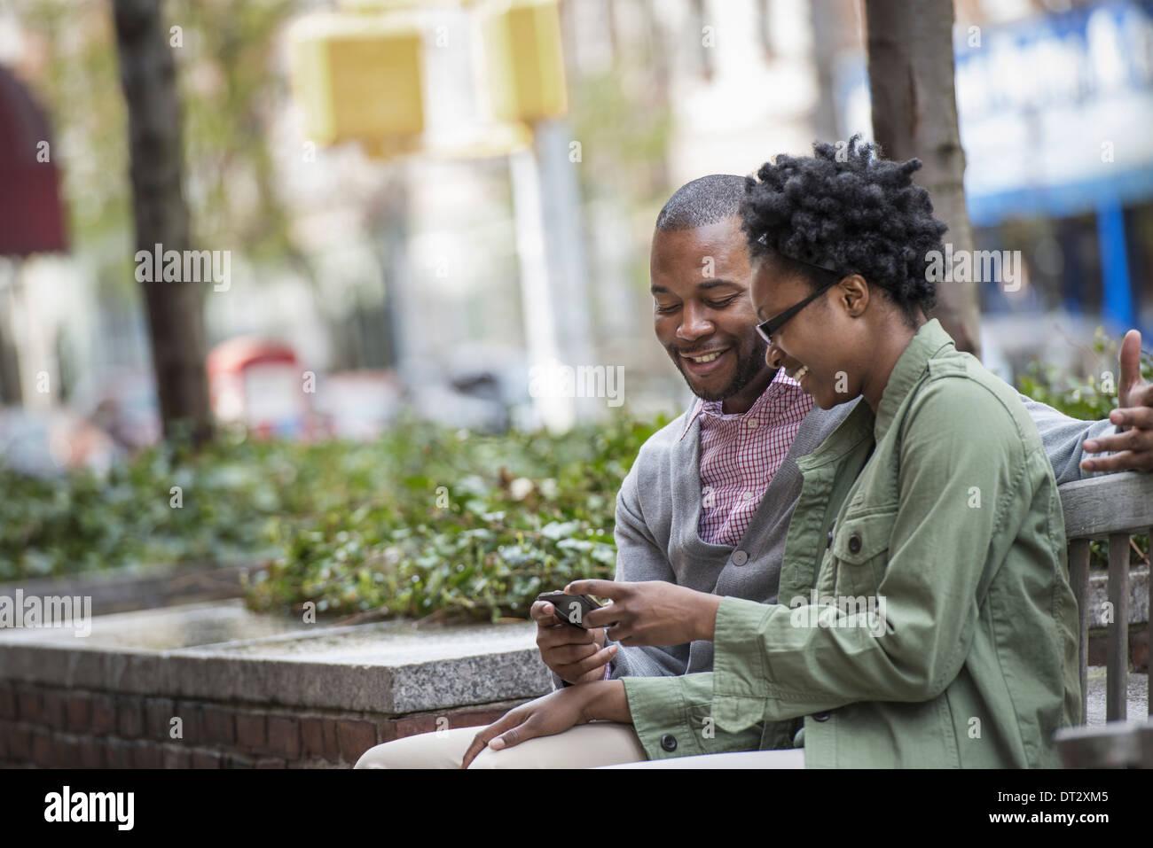 Un couple assis côte à côte et en regardant un écran Photo Stock