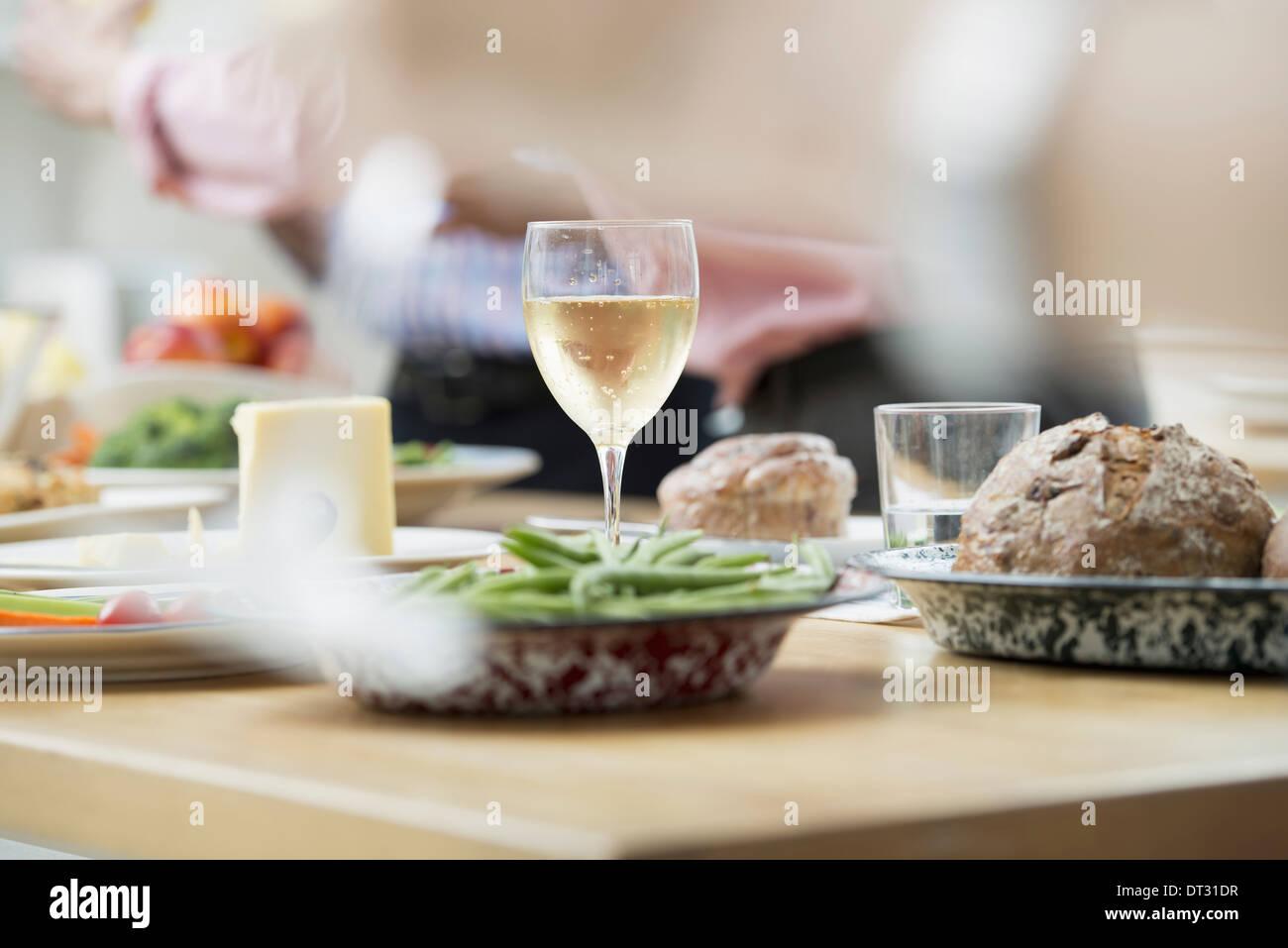 Un bureau en espace ouvert d'un déjeuner de travail, un buffet de salades de tous âges et ethnies ensemble réunion Photo Stock