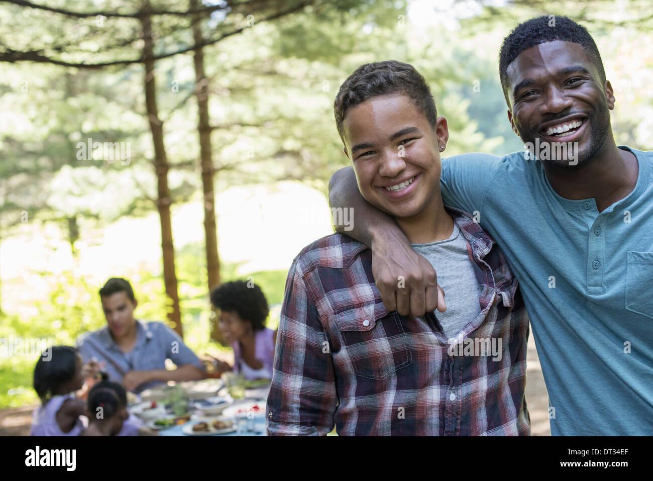 Un homme et un jeune garçon regardant la caméra Photo Stock