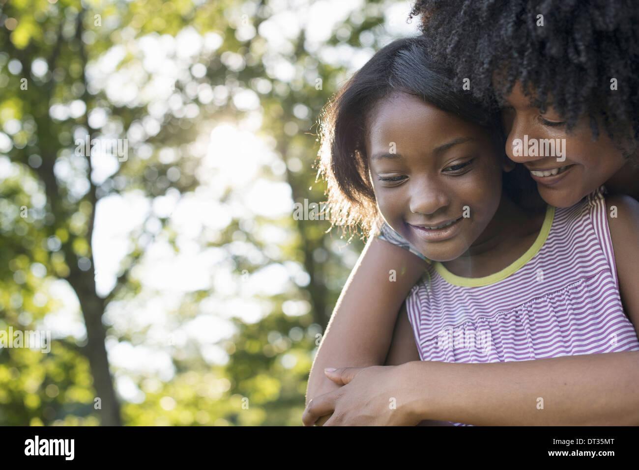 Une jeune femme et un enfant hugging Photo Stock