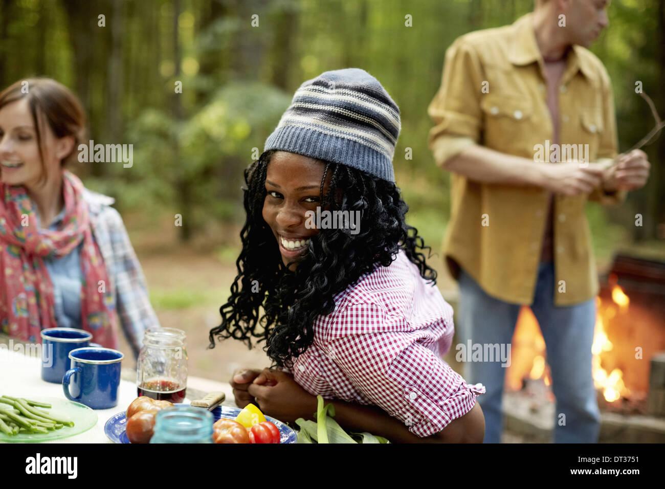 Centre d'un terrain de camping dans les bois Personnes assises Banque D'Images