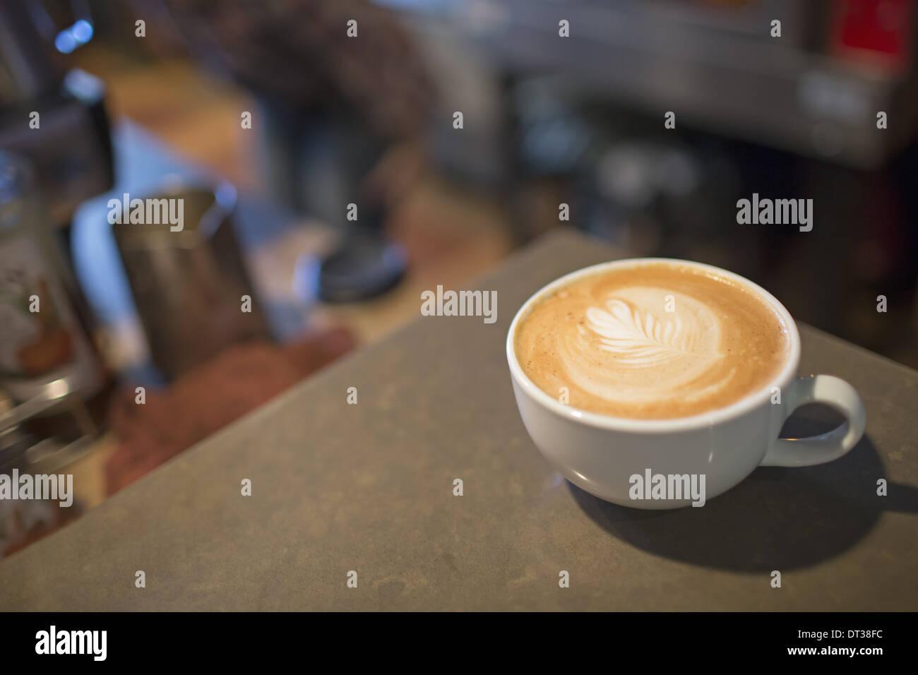 Table de café. D'un blanc chine tasse de café avec un haut de la mousse de lait. Photo Stock