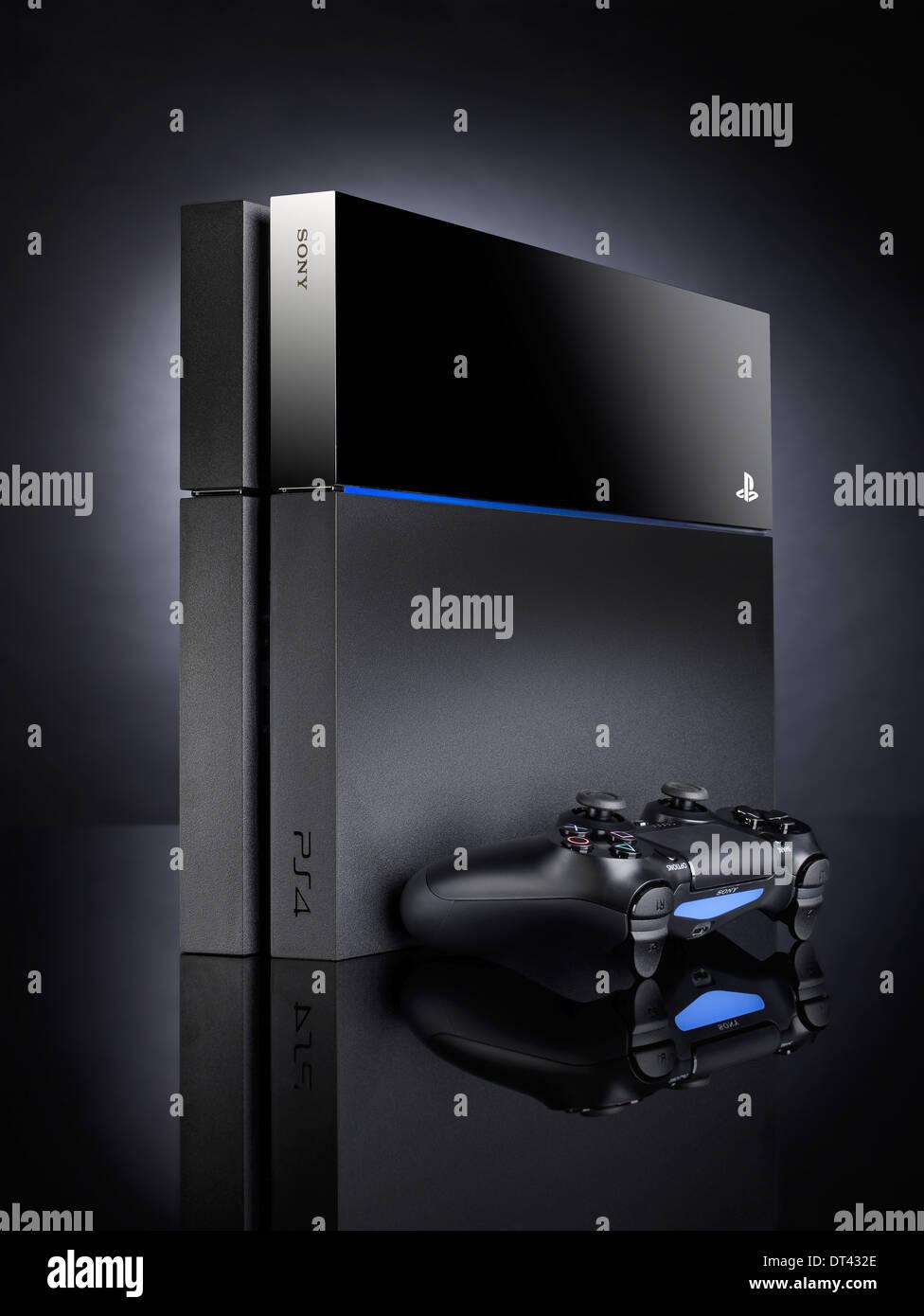 Black Sony Playstation 4 console de jeux vidéo et le contrôleur Photo Stock