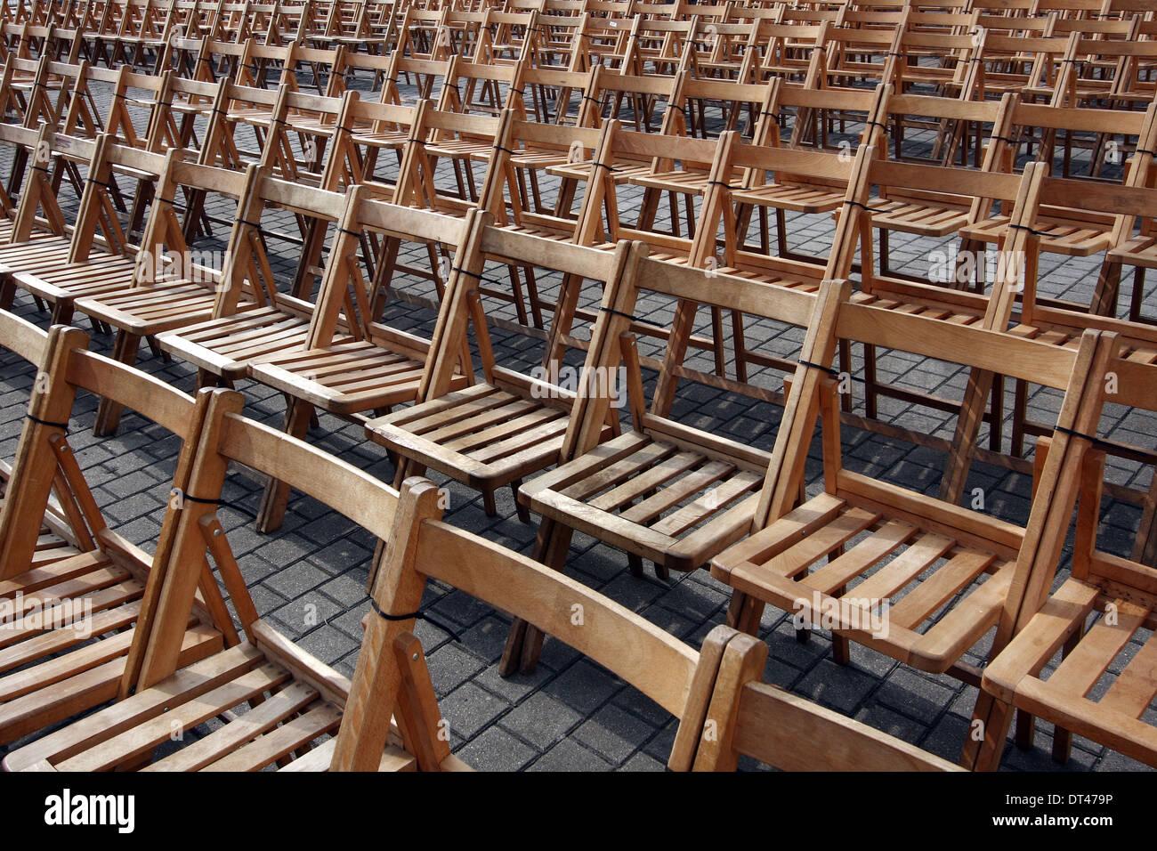Chaises en bois prêt pour le public avant un spectacle Banque D'Images