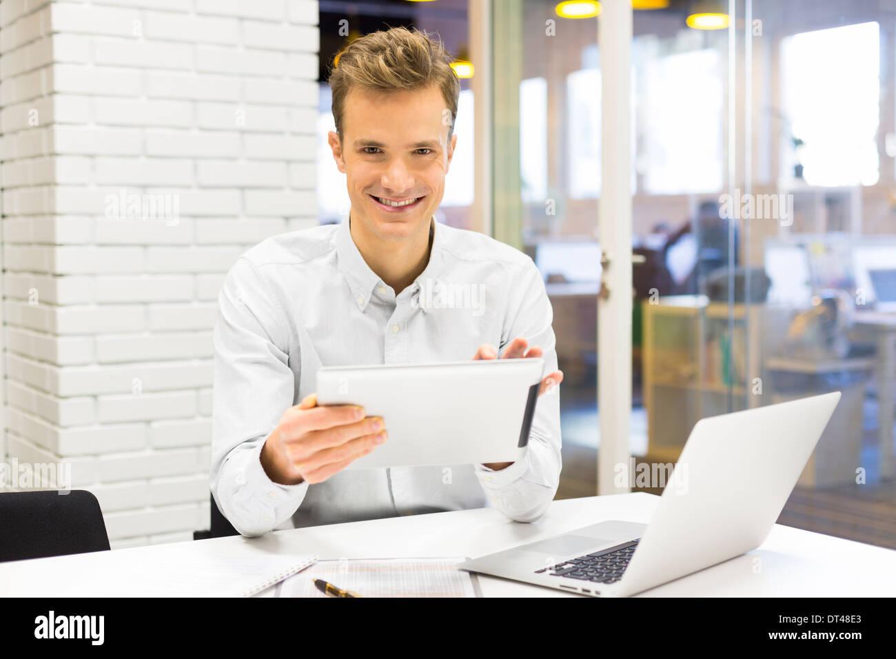 Homme business tablet pc bureau ordinateur portable e-mail message à huis clos Photo Stock