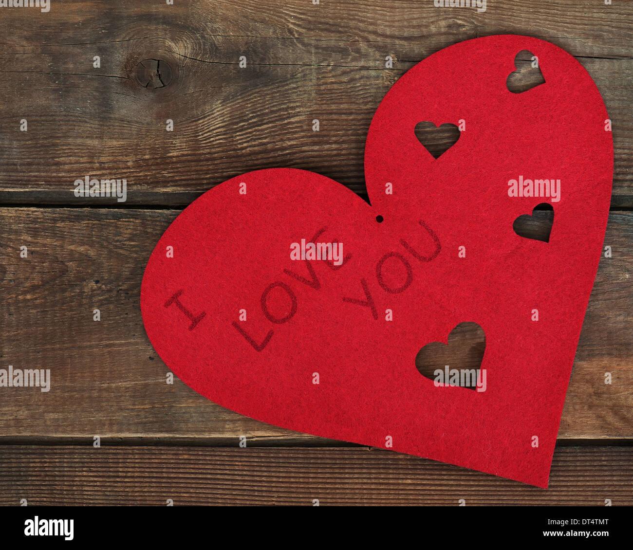 Cœur rouge sur fond de bois. Libre. Banque D'Images
