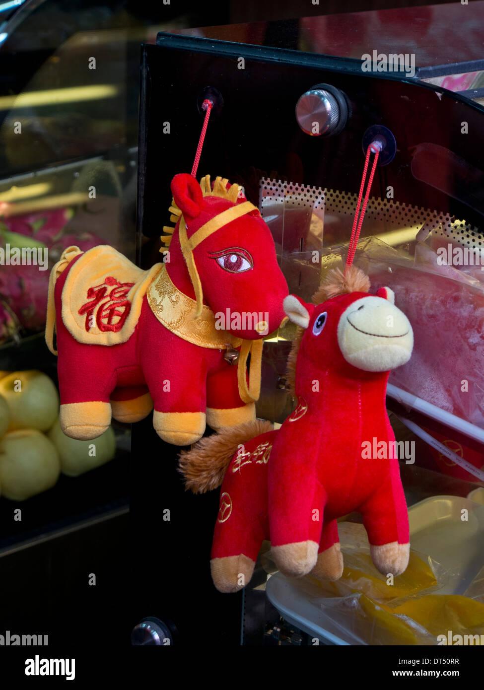 Année du cheval de souvenirs en vente dans les magasins du quartier chinois à la veille du Nouvel An chinois à Singapour Photo Stock