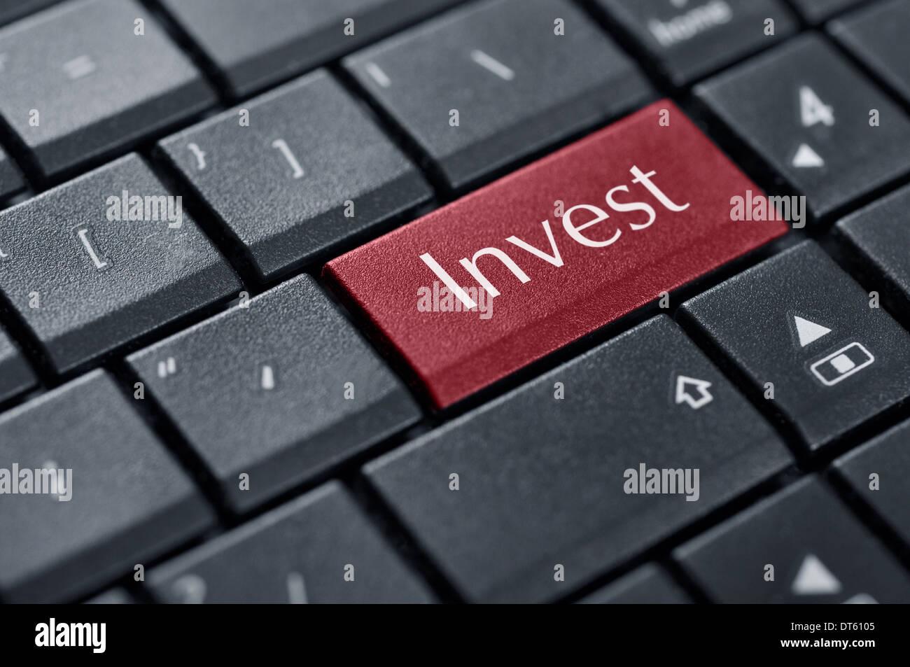 Investir concept. Mot investir sur le bouton du clavier de l'ordinateur. Photo Stock