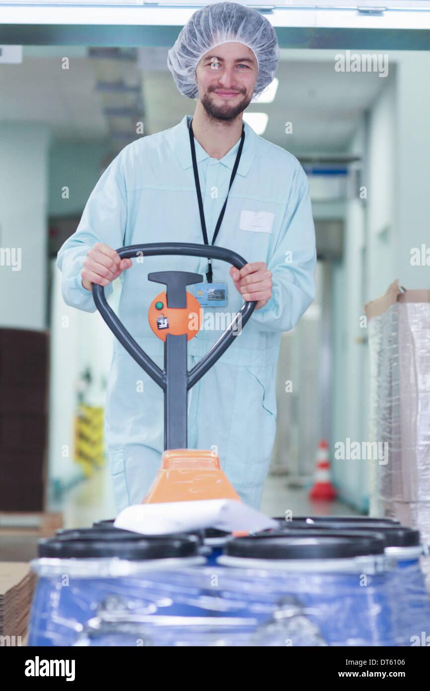 Technicien de laboratoire transport des conteneurs Photo Stock