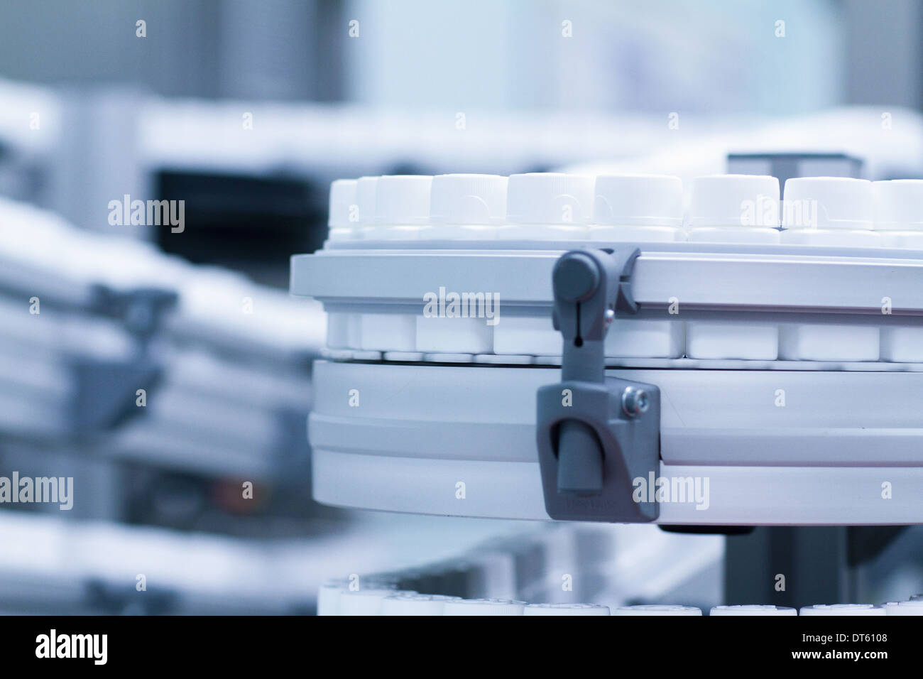 Close up of carrousel des contenants de produits pharmaceutiques Photo Stock