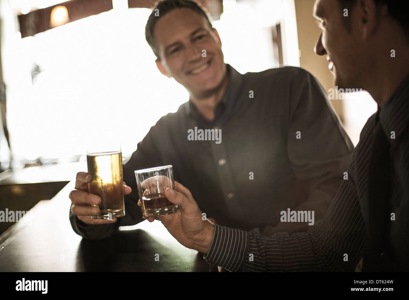 Deux hommes d'toasting boissons au bar Photo Stock